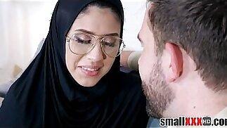 Minuscola adolescente araba musulmana scopata nel culo