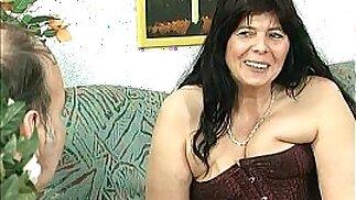 Divorced BBW mom with tits sucks