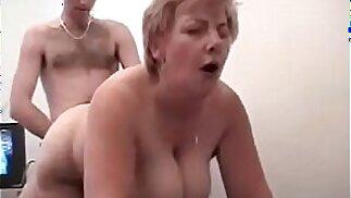 Il figlio scopa la mamma mentre il padre filma