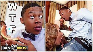 BANGBROS - La MILF Richelle Ryan le da a su nuevo hijastro negro una sandía y luego le chupa la polla