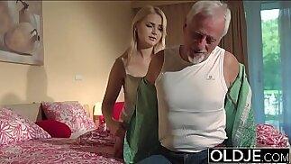 El abuelo se folla el coño de una adolescente de 19 años y se corre en su boca que traga