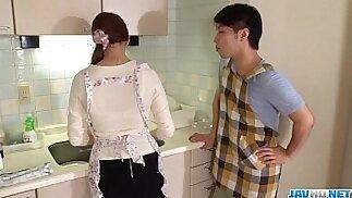 La moglie Rina Koda si dà da fare con tre cazzi affamati