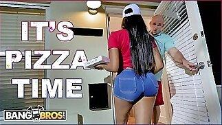 BANGBROS - La fattorina nera della pizza Moriah Mills consegna il suo grosso culo a J-Mac