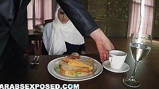 ARABSEXPOSED - Donna affamata riceve cibo e scopa (xc15565)