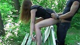 Sesso tra adolescenti sulla panchina in un luogo pubblico