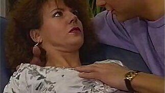 Una pelosa figa Brunetta MILF scopata nel divano