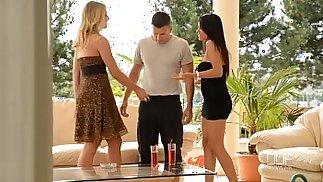 La sorella del college Aida Sweet e Lucy Heart divorano un cazzo all\'aperto