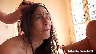Ashely Ocean è una vera ragazza zingara ceca. Il nostro cacciatore di zingari l\'ha cacciata mentre aspettava il suo ragazzo. Lei è davvero una puttana molto economica